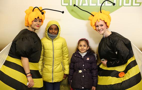 2 Frauen verkleidet als Bienen mit Kindern