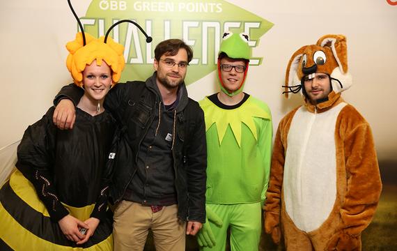 Personen verkleidet als Frosch, Biene und Hase mit Herren