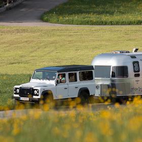 Jeep mit silbernen Wohnanhänger