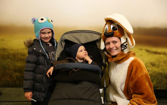 Frau verkleidet als Hase mit Kindern