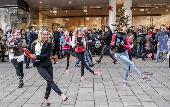 Personen tanzen bei Flashmob
