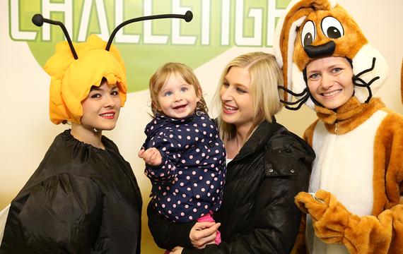 Personen verkleidet als Biene und Hasen mit Erwachsenem und Kinder