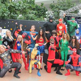 Mehrere Personen in Superheldenkostümen