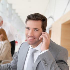 Herr telefoniert mit Handy