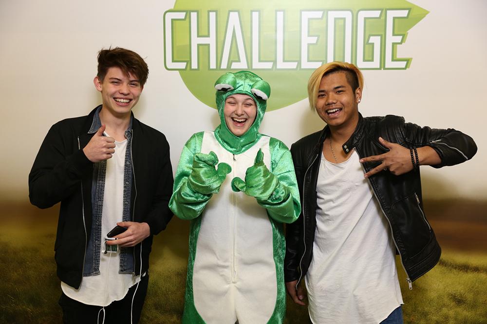 Frau verkleidet als Frosch mit 2 Jungs