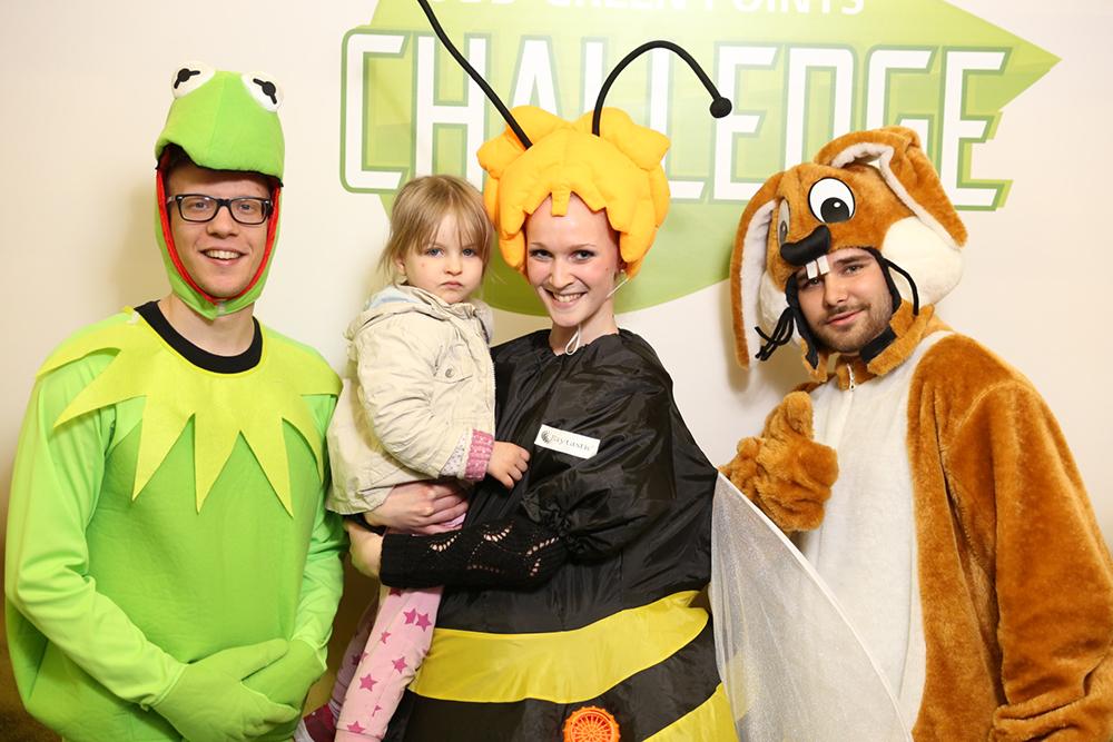 3 Personen als Frosch, Biene und Hase verkleidet mit Kind