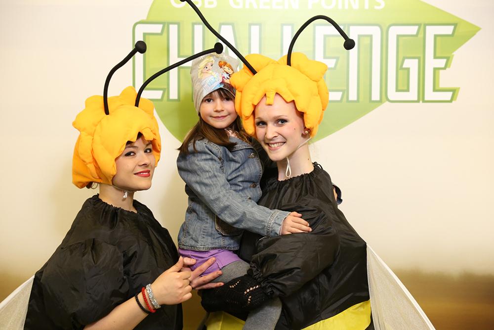 2 Damen als Bienen verkleidet mit Kind im Arm
