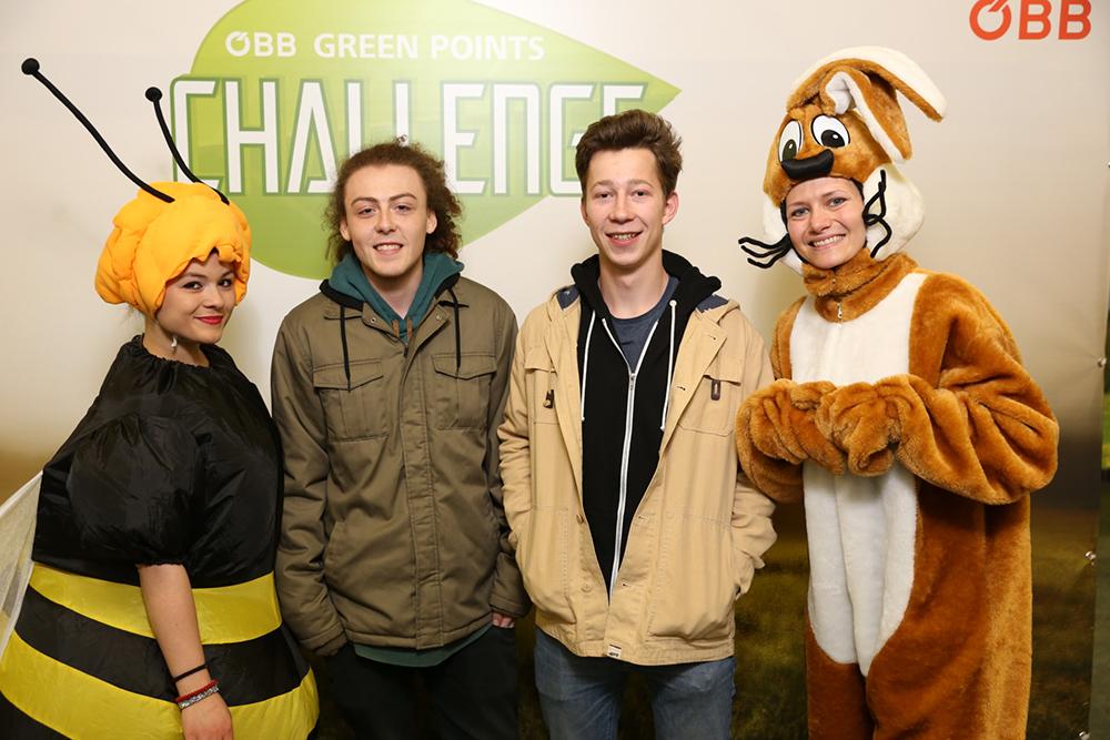 Personen verkleidet als Hase und Biene mit Jugendlichen