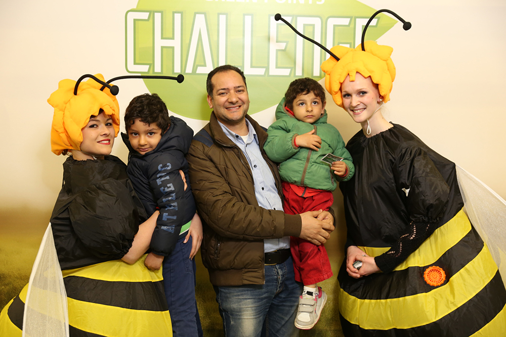 Personen verkleidet als Frosch und Biene mit Erwachsenem und Kinder