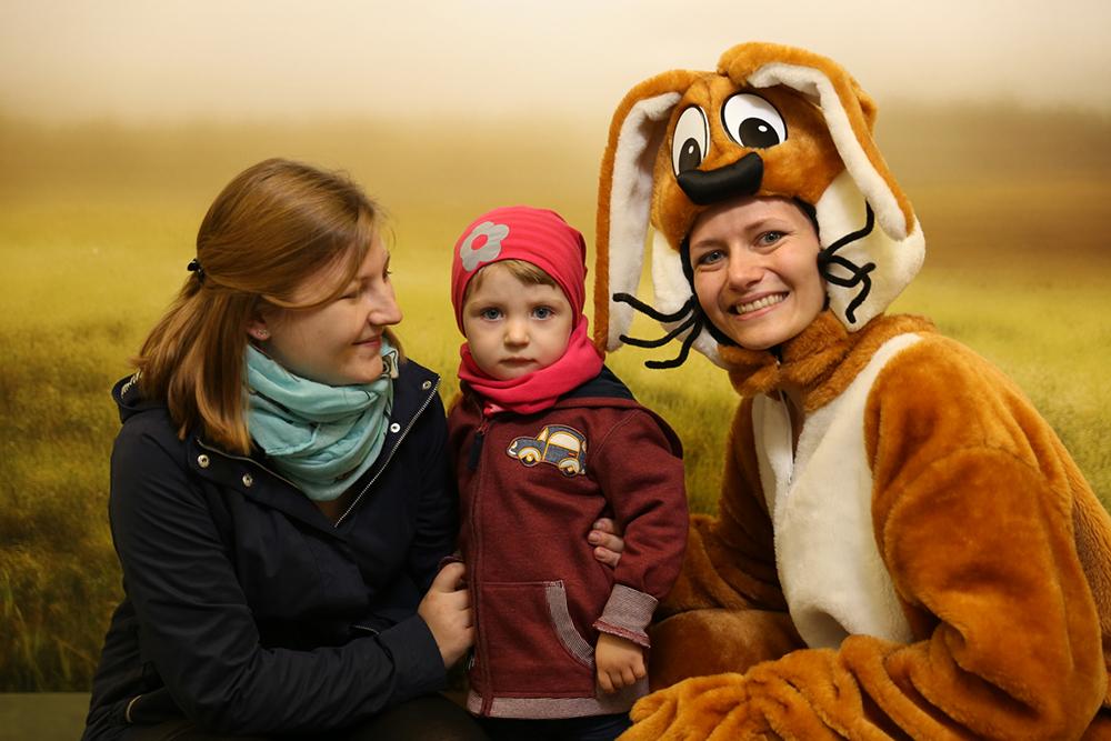 Personen verkleidet als Biene und Hase mit Frau und Kind