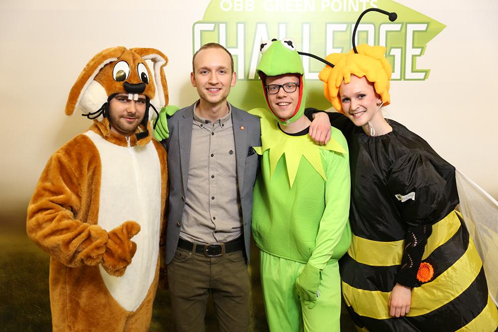 Personen verkleidet als Biene, Frosch und Hase mit Herrn Grund