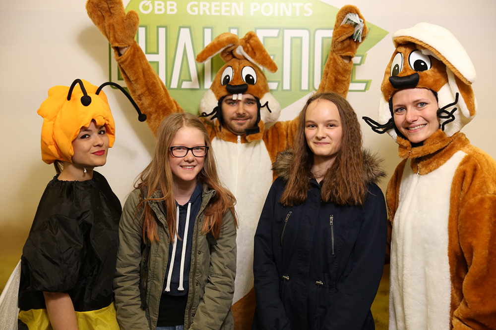 Personen verkleidet als Biene und Hasen mit Jugendlichen