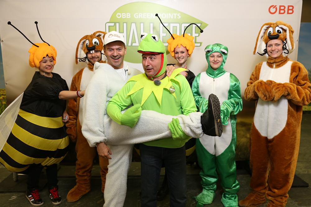 Personen verkleidet als Hasen, Bienen, Frösche und Schaf