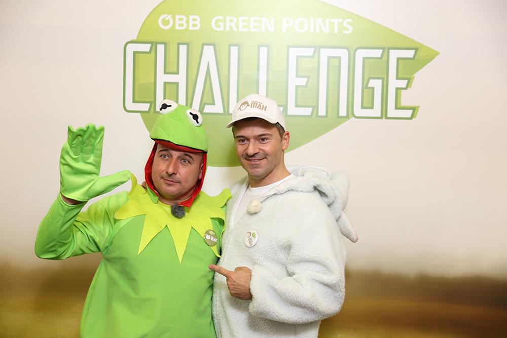 2 Männer verkleidet als Frosch und Schaf