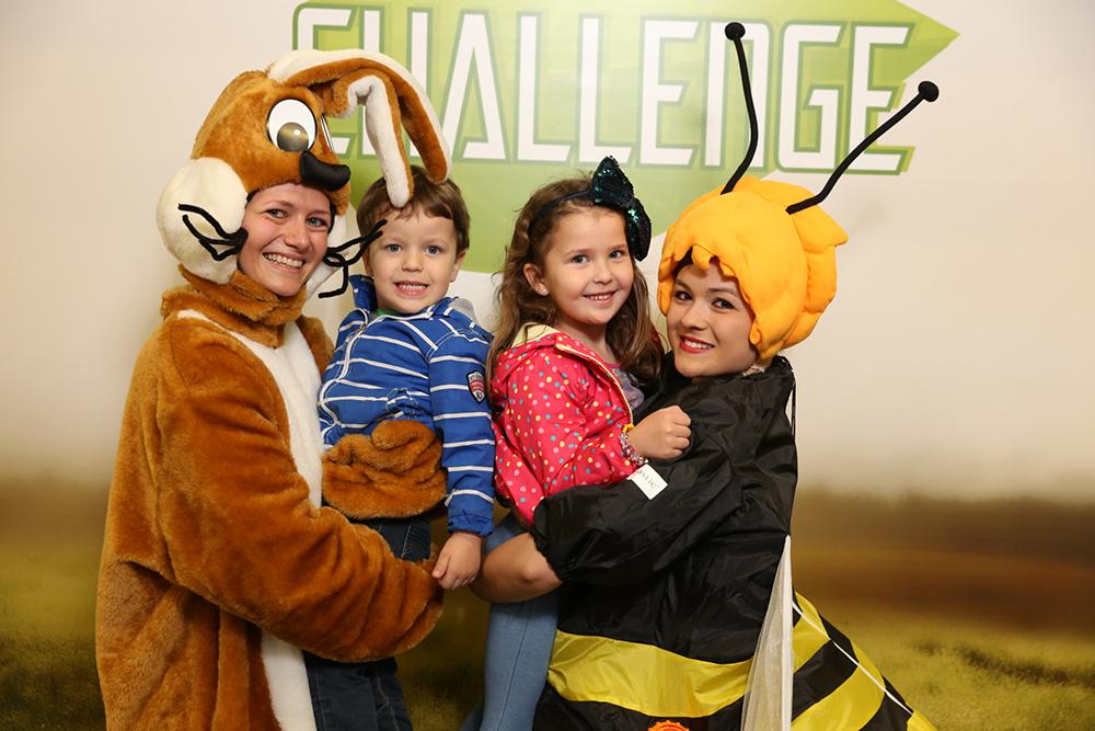 2 Frauen verkleidet als Hase und Biene mit 2 Kindern