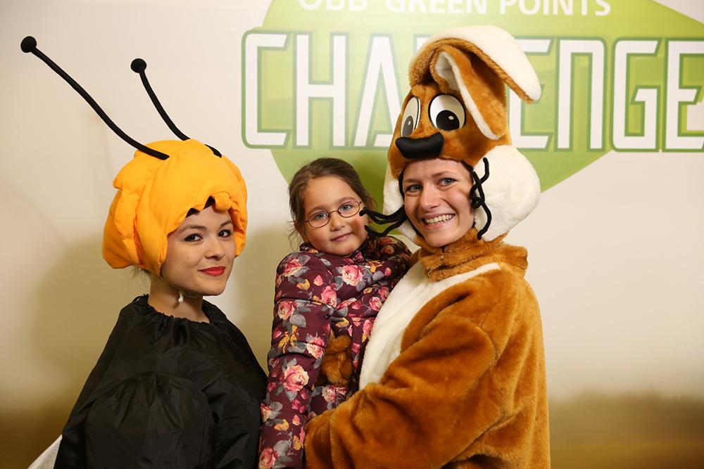 2 Frauen verkleidet als Biene und Hase mit Kind