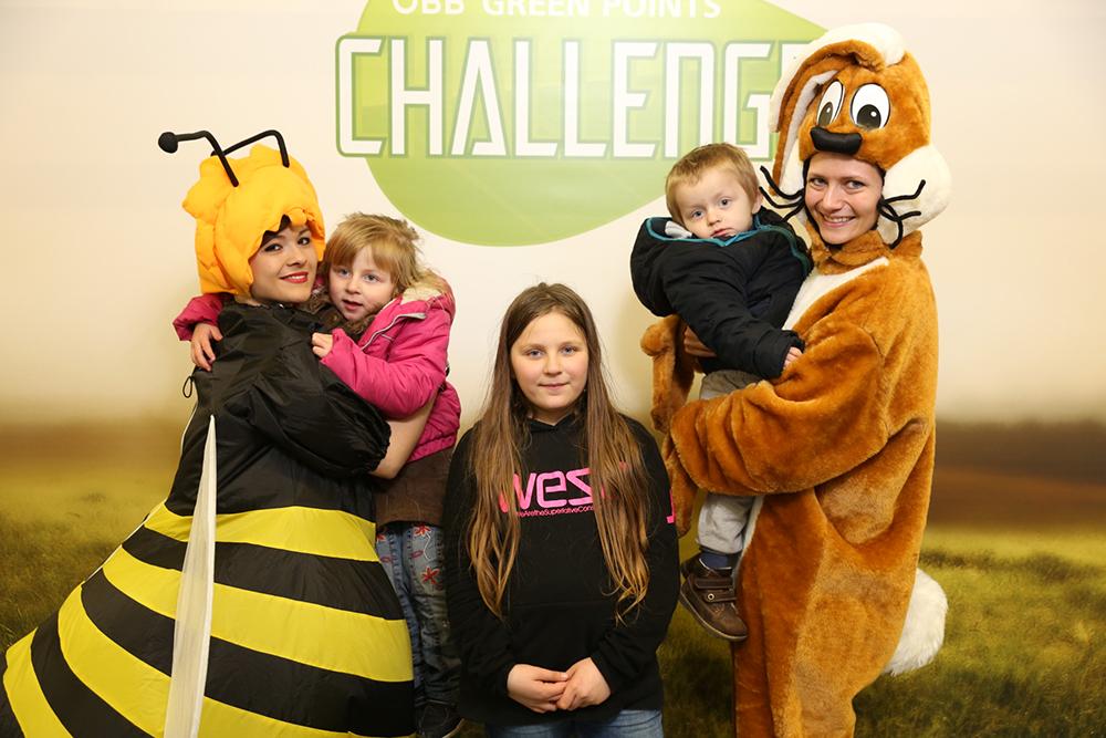 Personen verkleidet als Biene und Hase mit Kindern