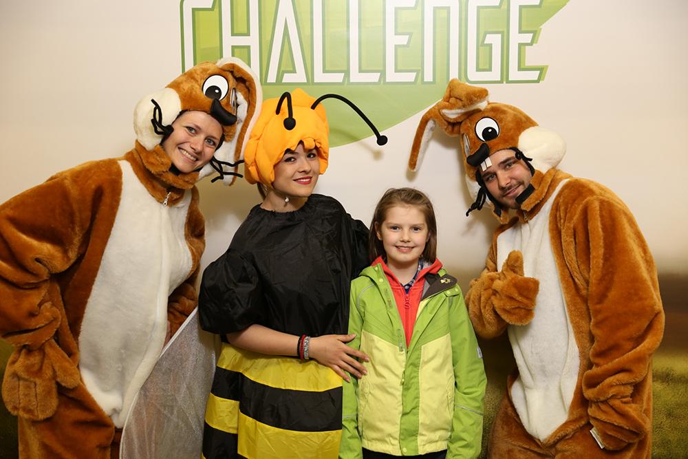 Personen verkleidet als Hasen und Biene mit Kind