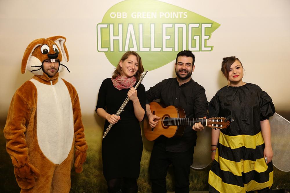 Personen verkleidet als Hase und Biene mit Musikern