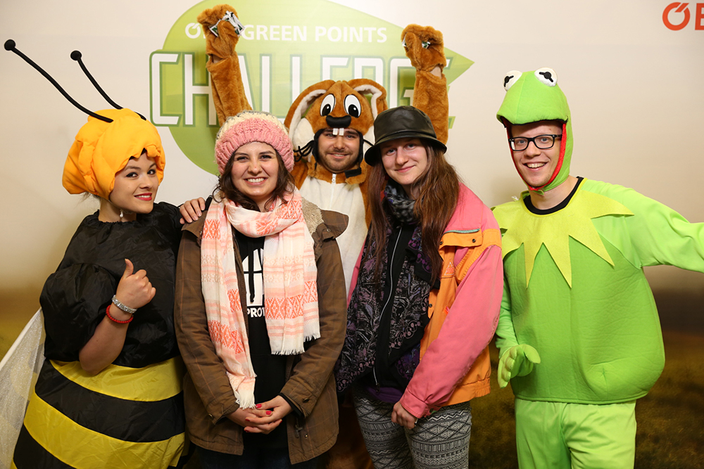 Personen verkleidet als Biene, Hase und Frosch mit 2 Personen
