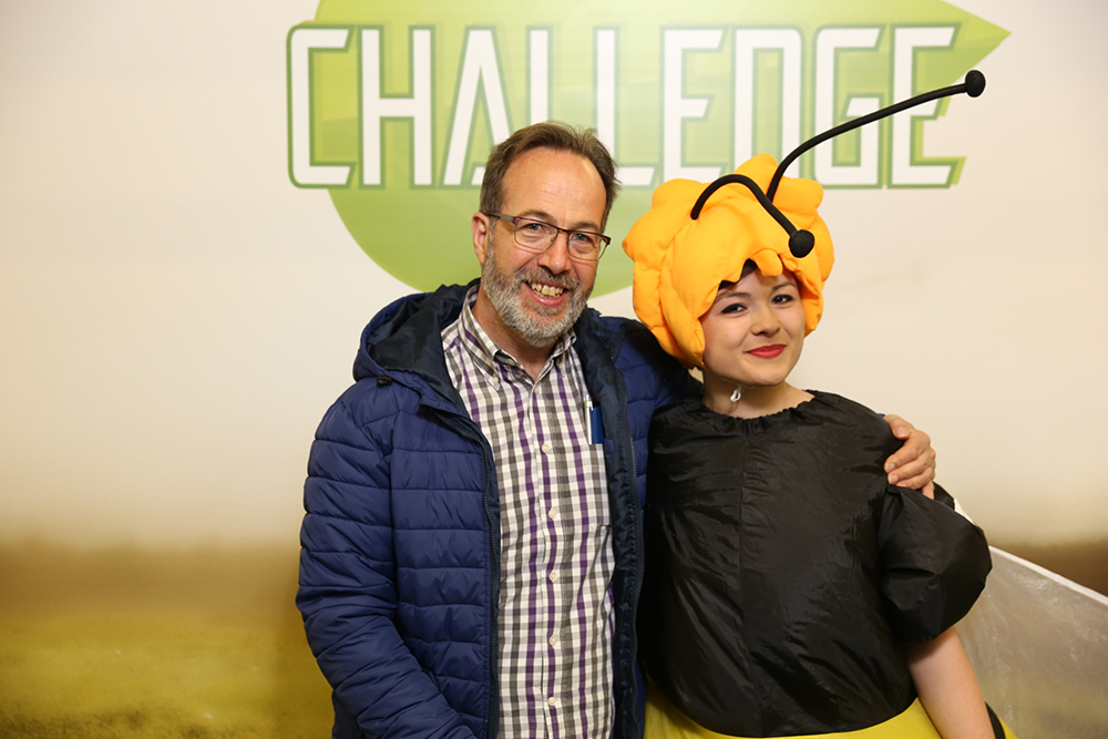 Frau verkleidet als Biene mit einem Erwachsenen