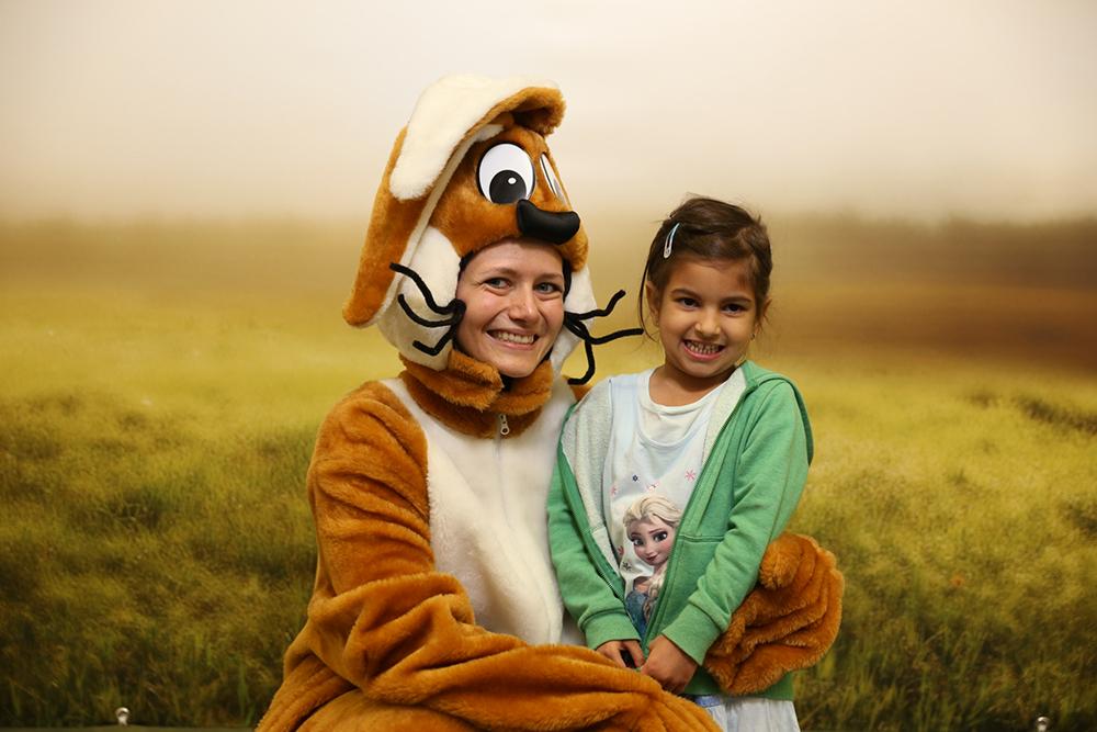 Frau verkleidet als Hase mit Kind