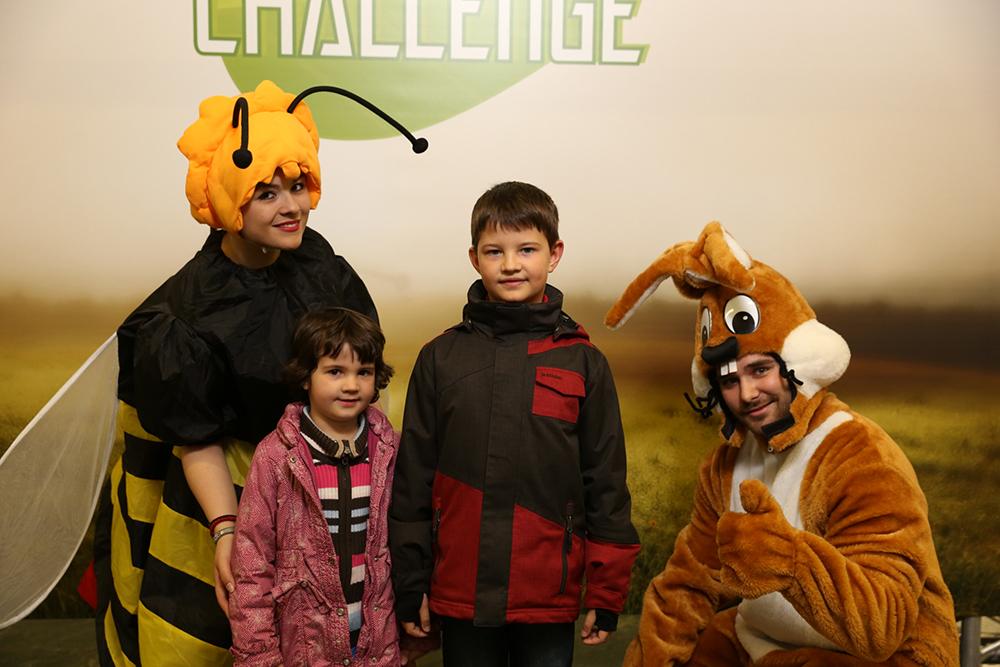 Personen verkleidet als Biene und Hase mit 2 Kindern