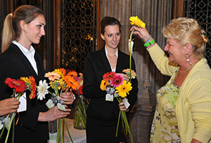 Junge Damen verteilen Blumen