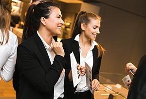 Junge Damen betreuen Kunden