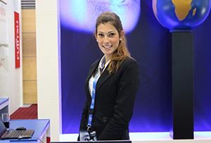 Junge Mitarbeiterin vor blauem Hintergrund