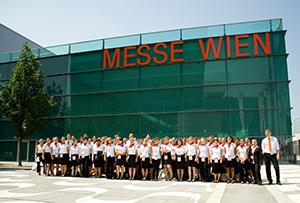 Gruppenfoto aller Mitarbeiter vor der Messe Wien