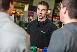 Mitarbeiter berät Kunden für Harman