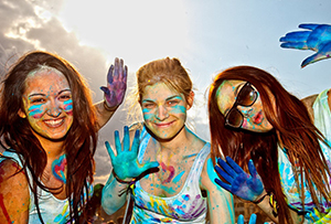 Junge Damen bei Holi-Festival