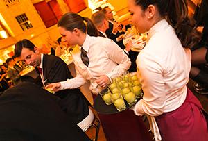 Mitarbeiterinnen bedienen bei Gastro Event